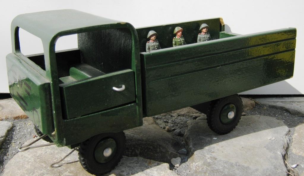 fahrzeugmuseum sta furt lkw spielzeug aus holz als transporter der nva mit personen museum. Black Bedroom Furniture Sets. Home Design Ideas