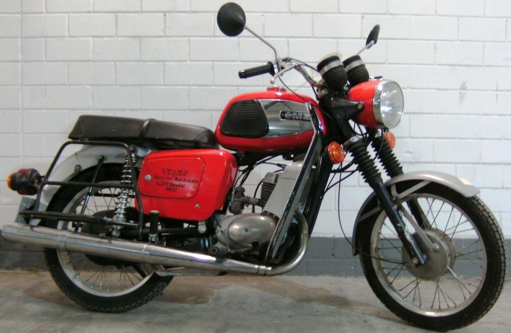 fahrzeugmuseum sta furt motorrad mz ts 150 in farbe rot. Black Bedroom Furniture Sets. Home Design Ideas